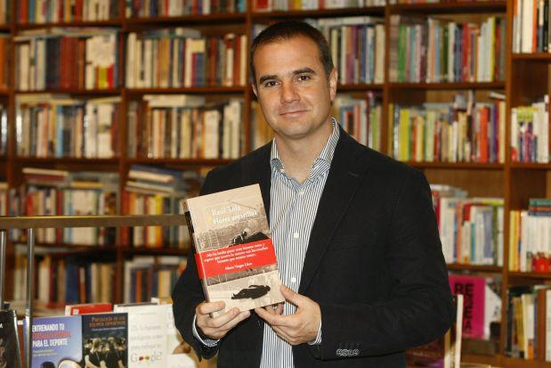 """Raúl Tola y su anterior novela, """"Flores amarillas"""", para él mucho más 'vargasllosiana' que """"La noche sin ventanas"""". (Foto: USI)"""