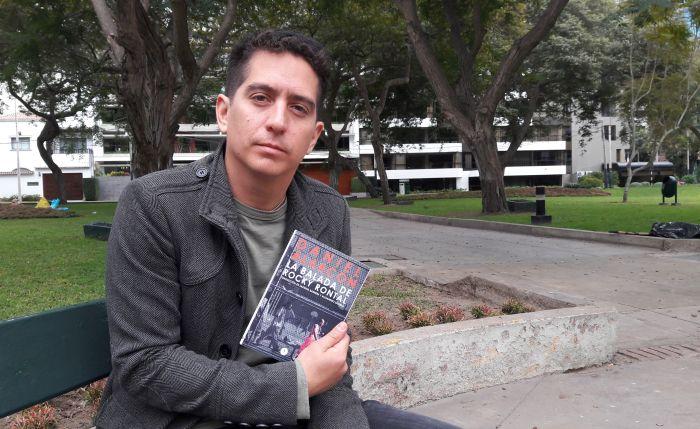 (En Lima, Daniel Alarcón con su nuevo libro publicado por Estruendomudo. Foto: José Silva Merino/El Comercio)