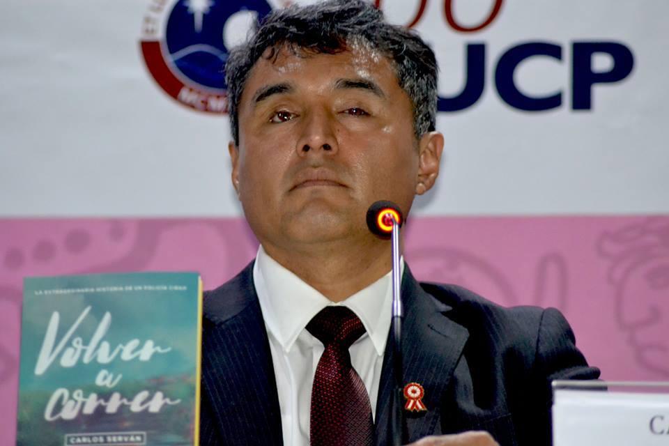 (Carlos Serván el día en que presentó su libro en la FIL Lima. El auditorio estaba lleno. Foto: Difusión)