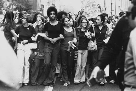 Hace ya unos años, Netflix se ha convertido en una plataforma audiovisual muy visitada. Se pueden encontrar tanto series o películas muy antiguas, como algunos recientes estrenos. En el último mes estuve explorando esta plataforma pero de una forma nueva: los documentales. Después de muchas amanecidas, hago mi recuento de los cinco mejores documentales feministas que encontré. 1. She's beautiful when she's angry Este documental narra la historia de las mujeres que construyeron el movimiento feminista entre los años 60s y 70s...