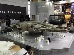 new-photos-of-hot-toys-massive-18-foot-long-millennium-falcon13