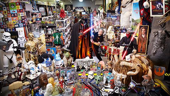 Star Wars es una de las sagas cinematográficas más exitosas de todos los tiempos y que sigue generando dinero no solo por sus películas, sino también por todo el merchandising que vende en todo el mundo. A 40 años de haberse estrenado la primera película 'Episodio IV: Una Nueva Esperanza', revisaremos diez de los productos más curiosos inspirados en la saga más emblemática del cine: 10. Palillos japoneses  Comer makis no será lo mismo con estos simpáticos palillos en forma de lightsabers. Puedes encontrarlos tres...