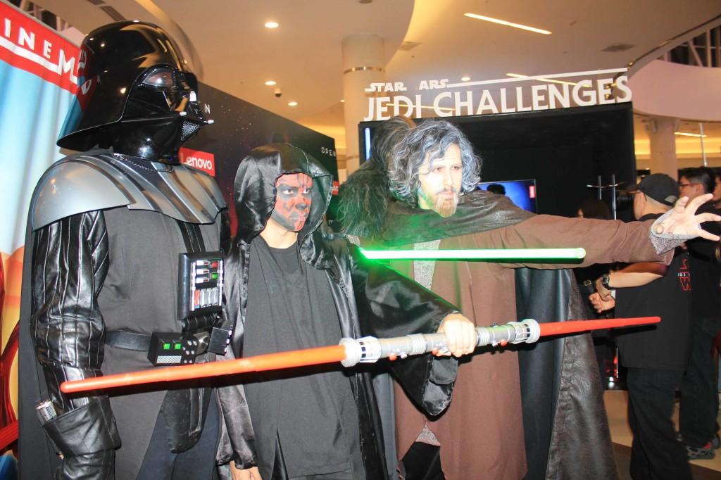 Previo a la función de medianoche de la película 'Star Wars: Los Últimos Jedi', Lenovo presentó el juego en realidad aumentadaStar Wars Jedi Challenges, juego que te convertirá en Jedi y te trasladará a los escenarios más importantes de la película. El momento más esperado por los admiradores de Star Wars llegó al fin y los peruanos vivieron la aventura junto a Luke Skywalker, Leia, Rey, Chewbaca, C3PO y R2D2 gracias a Star Wars Fan Club Perú, Cinemark, Open Plaza Angamos y Lenovo, que organizó para los fanáticos...