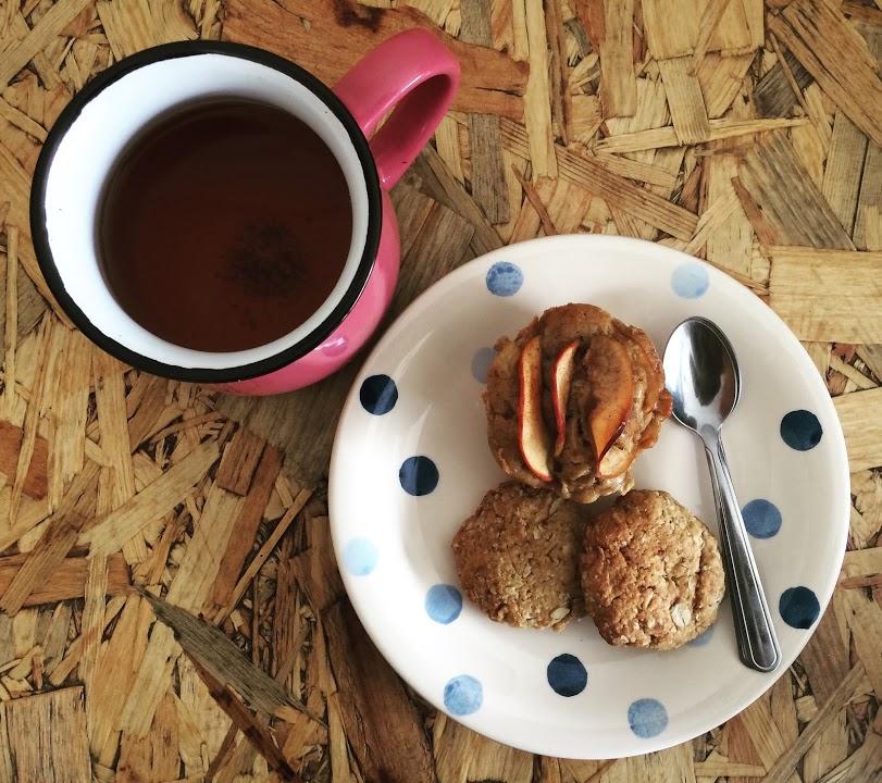 Café con galletas y muffin veganos