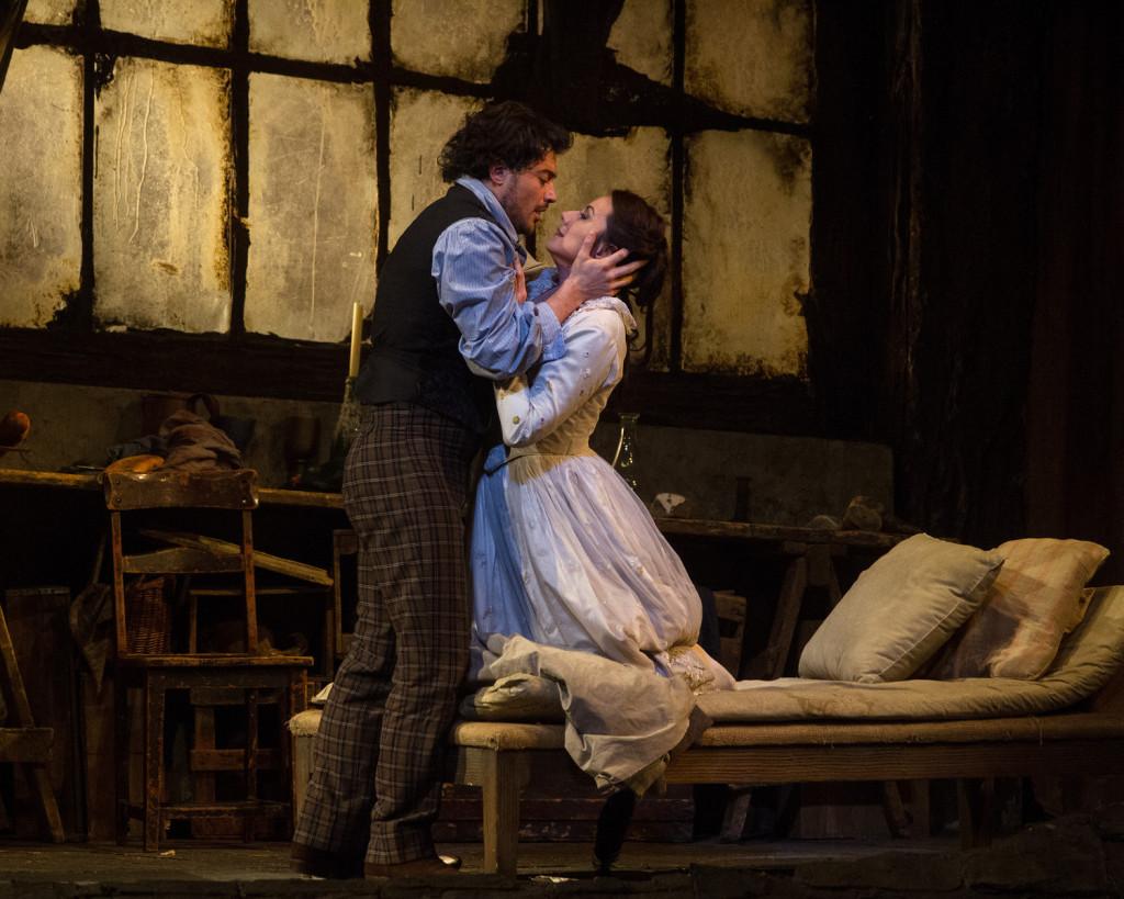 """Dentro de la temporada """"Met Live in HD"""" veremos este sábado uno de los grandes clásicos de la ópera actual: """"La bohème"""", la obra mas popular del compositor italiano Giacomo Puccini. La transmisión en vivo será este sábado 5 de abril desde el mediodía, y habrán dos repeticiones en diferido los días lunes 7 y miércoles 9 de abril a las 7 pm. Siempre en UVK Multicines Larcomar."""