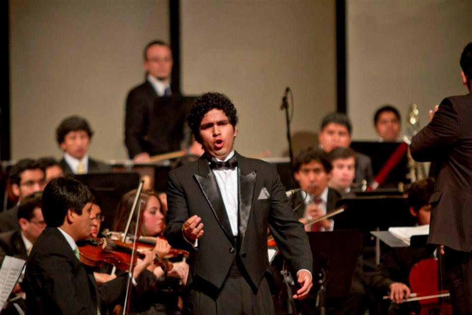 El joven tenor peruano Dempsey Rivera, ganador del Primer Premio del Concurso Nacional de Canto Lírico organizado por Radio Filarmonía en el año 2012, ha sido aceptado en el Prayner Konservatorium de Viena para seguir estudios de perfeccionamiento en canto. Por tal motivo, el miércoles 14 de mayo, a las 7:30 p.m., tendrá lugar un concierto lírico en el Teatro Británico de Miraflores, en el cual participarán, además, la soprano Magdalena Gallo, el tenor Iván Ayón y la mezzosoprano Edda Paredes. Este concierto tiene como finalidad recaudar fondos para los gastos de viaje y estadía del tenor en Austria.
