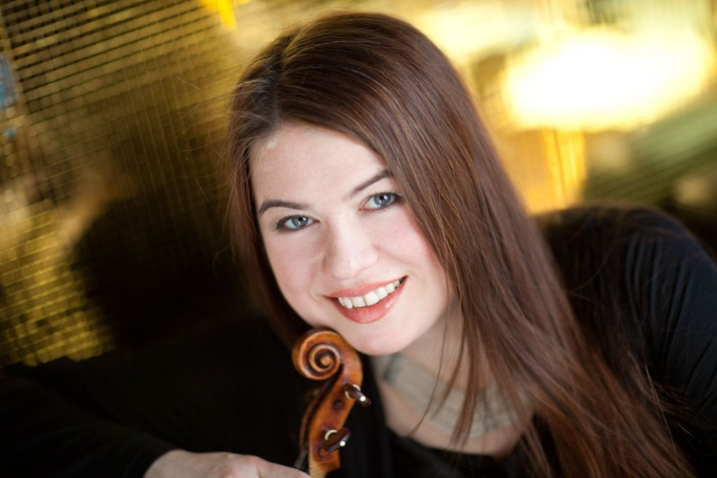 La imponente Lara St. John vuelve con el difícil concierto no. 2 de Paganini (Foto: Paul Clancy)