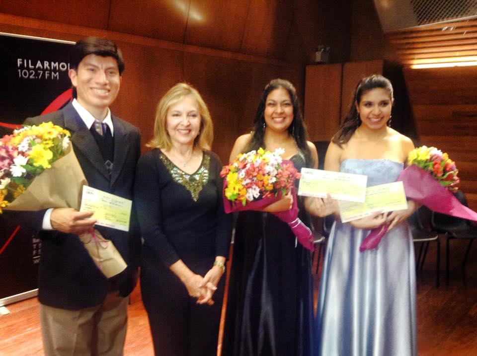 Ganadores Luis Asmat, Marielly Minaya y Bettina Victorero, junto a la directora de la Radio, Martha Mifflin (Fotos: Ópera Perú)
