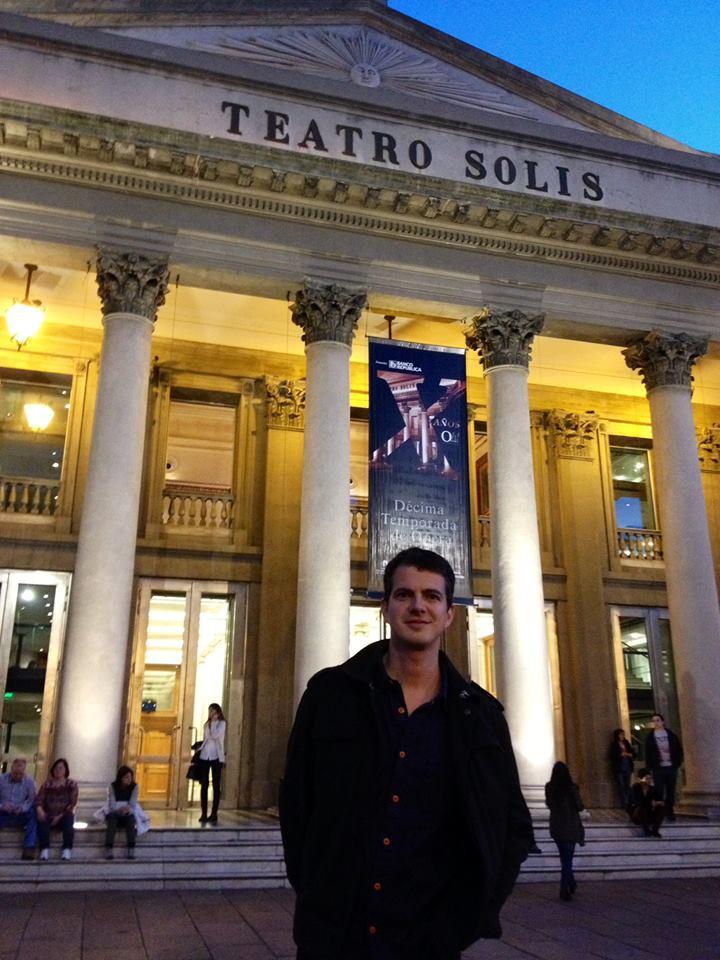 Afuera del Teatro Solís de Montevideo. Foto: Facebook