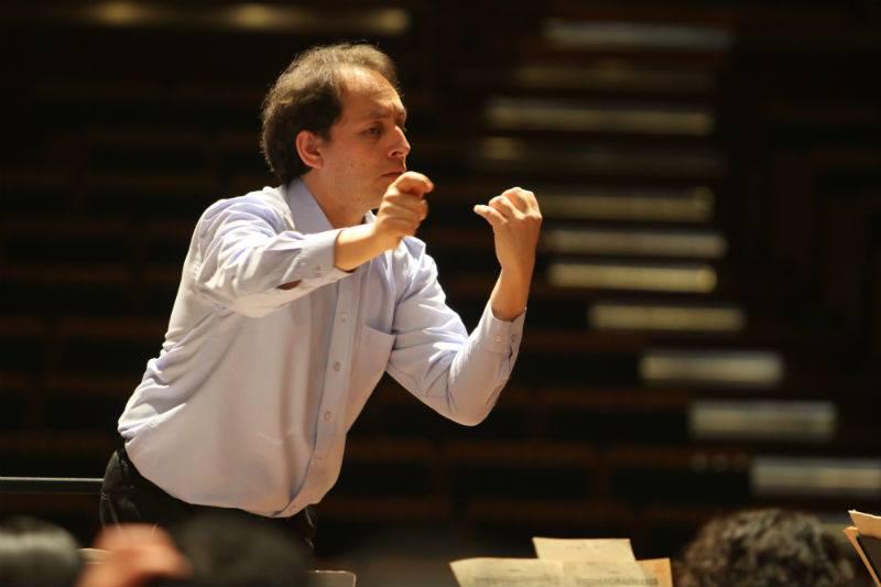 Director titular Fernando Valcárcel, elegido Músico del Año 2013 por Ópera Perú