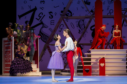 Beatriz Stix-Brunell y Rupert Pennefather del Royal Ballet protagonizan Alice's Adventures in Wonderland © ROH / Johan Persson 2013