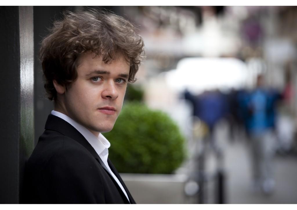 La Asociación Cultural Teresa Quesada se complace en iniciar su temporada 2017 presentando al brillante pianista británico BENJAMIN GROSVENOR, uno de los artistas mas cotizados del mundo, quien dará un recital el 29 de mayo en el Gran Teatro Nacional.