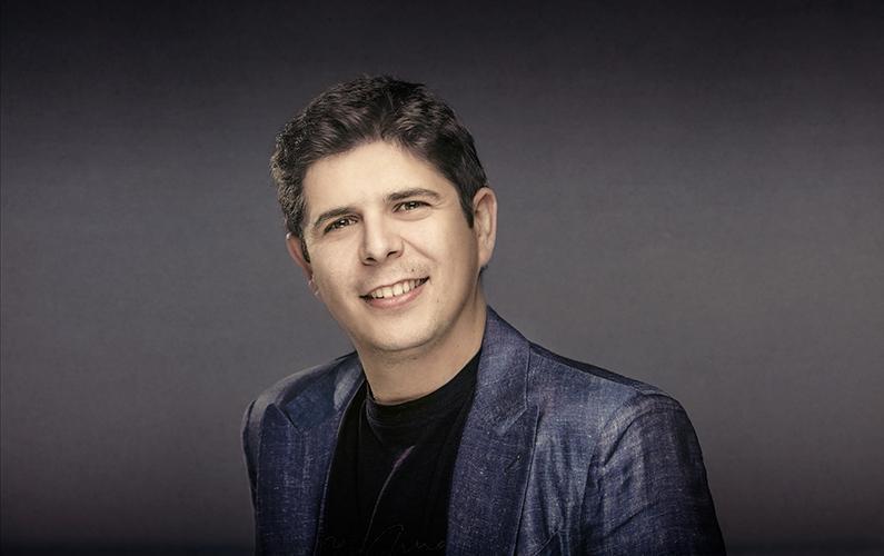 """La Sociedad Filarmónica de Lima (SFL) se complace en anunciar la presentación del virtuoso pianista español Javier Perianes en un concierto que se llevará a cabo el sábado 13 de mayo a las 7:45 p.m. en el Auditorio del Santa Úrsula. Descrito por el prestigioso diario The Telegraph como """"un pianista de impecable y refinado gusto, dotado de una extraordinaria calidez sonora"""", Perianes llegará a nuestro país para ofrecer una única presentación como parte de la Temporada de Abono 2017 de la SFL y en el marco de una gira que el pianista viene realizando por América del Norte y Sur que coincide con el reciente lanzamiento de su nuevo disco dedicado al compositor Franz Schubert."""