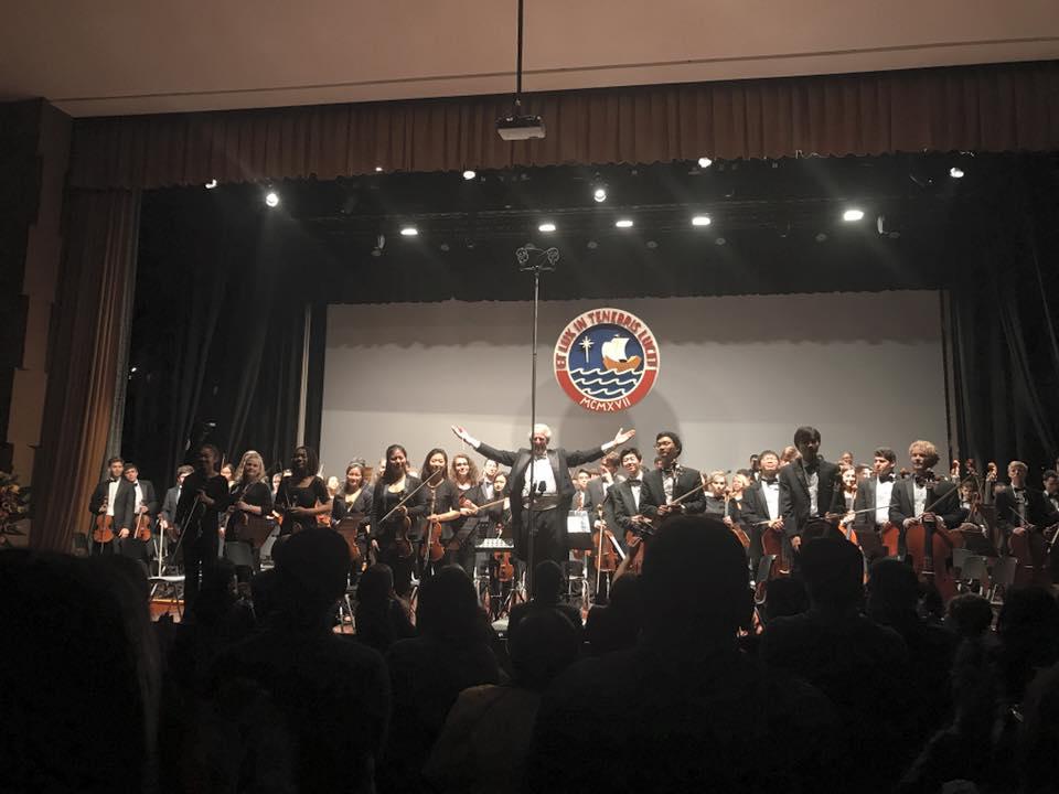 """La Orquesta Filarmónica Juvenil de Boston (BYPO) llegó a Lima este viernes, trabajó con un núcleo de jóvenes músicos peruanos y se presentó este sábado en el Auditorio Santa Úrsula, celebrando el centenario de la Pontificia Universidad Católica del Perú. En este concierto, lo mas de 100 músicos dirigidos por Benjamin Zander ofrecieron un programa muy especial, compuesto por la """"Metamorfosis Sinfónica"""" de Paul Hindemith, el concierto para trompeta de Alexander Arutunian y la Sinfonía de Cesar Franck."""