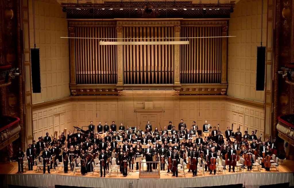 Considerada por el New York Times como una de las orquestas jóvenes del momento, la Orquesta Filarmónica Juvenil de Boston llega nuestro país para ofrecer un concierto, el lunes 19 de junio a las 8:00 p.m. en el Gran Teatro Nacional. Con esta potente agrupación conformada por 115 músicos de distintas partes del mundo y cuyas edades oscilan entre 12 y 21 años, la Sociedad Filarmónica de Lima inicia su Ciclo Extraordinario de conciertos que anuncia próximamente a figuras como Vadim Repin y la Orquesta Sinfónica de Estambul, Julian Rachlin y la Royal Northern Sinfonia, Andras Schiff y la Orquesta Sinfónica de Bucarest, entre otros. La Orquesta Juvenil de Boston llegará liderada por director titular, Benjamin Zander, y trae además como solistas al violinista coreano In Mo Yang y al trompetista peruano Elmer Churampi.
