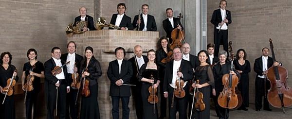 La Zurich Chamber Orchestra fue fundada en 1945 por Edmond de Stoutz, la Orquesta de Cámara de Zurich es ahora uno de los principales conjuntos de este tipo en Suiza. Bajo la dirección de Edmond de Stoutz y más adelante Howard Griffiths y Muhai Tang, la orquesta ganó el reconocimiento internacional. En los años del aclamado Director Principal Sir Roger Norrington, de 2011 a 2015, la Orquesta de Cámara de Zúrich hizo mucho para establecer y mejorar su excelente reputación. La temporada 2016/17 la orquesta es dirigida por primera vez, no por un director de orquesta sino por un instrumentista, en la persona del prestigioso violinista Daniel Hope. En la presente gira sudamericana este rol lo viene haciendo el concertino de la orquesta Willi Zimmermann.