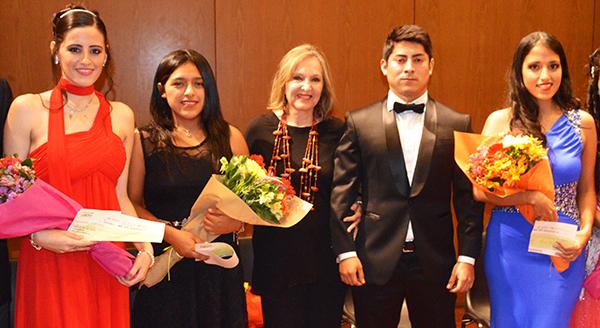 """Del 2 al 4 de octubre de 2017, se realizará la Sexta Edición del CONCURSO NACIONAL DE CANTO LÍRICO DE RADIO FILARMONÍA, evento que se ha constituido en el principal referente y objetivo final para colmar las aspiraciones de los jóvenes cantantes líricos peruanos y extranjeros residentes en el Perú. Efectivamente, los resultados de las cinco primeras ediciones han sido tan exitosos que hoy en día, todos los ganadores han visto colmadas sus expectativas y algunos de ellos se encuentran ya sea preparándose para ser admitidos en escuelas, certámenes o festivales internacionales o bien estudiando en conservatorios de Austria, Italia y Argentina. Uno de ellos, el tenor Iván Ayón, ganador de la segunda edición realizada en octubre de 2013, está haciendo una fulgurante carrera en Italia como tenor lírico, participando en numerosas óperas a lo largo y ancho del país y, en abril 2017, fue convocado por el Festival Internacional Alejandro Granda realizado en Lima, para interpretar el exigente papel principal de Alfredo Germont en """"La Traviata"""" de Giuseppe Verdi, papel que absolvió con un rotundo éxito a lo largo de todas las funciones."""