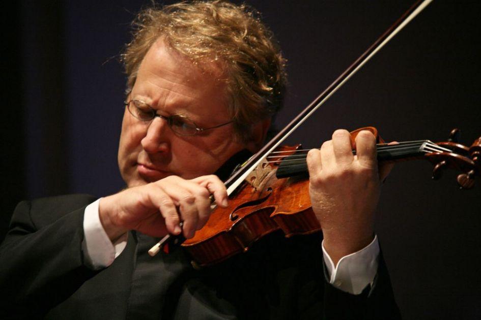 Considerado como uno de los violinistas más importantes de nuestra época, Shlomo Mintz será el solista invitado en el último concierto de la Temporada 2017 de la Orquesta Sinfónica Nacional. El virtuoso israelí, ganador de premios como el Diapason d'Or (1981), el Grand Prix du Disque (1992, 1997 y 1998), el Gramophone Award (1994) y el Edison Award (1985, 2001 y 2007), interpretará bajo la batuta del maestro Fernando Valcárcel una obra mayor del repertorio violinístico moderno: el Concierto para violín n° 2 del compositor húngaro Béla Bartók. El concierto será este viernes 27 de octubre a las 8:00 pm en el Gran Teatro Nacional.