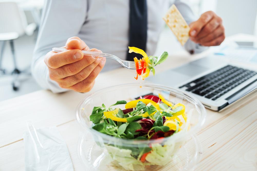 """Quién no ha almorzado alguna vez frente a su laptop en un día cargado de trabajo, desayunado frente a la tele viendo las noticias, o cenado un sándwich al paso mientras manejaba hacia su casa. Sinceramente, muchas veces me ha pasado, y es que por lo general nos alimentamos en piloto automático, comemos mientras estamos haciendo otras cosas, como si alimentarnos fuera algo irrelevante e inconsciente, algo que hacemos """"por default""""."""