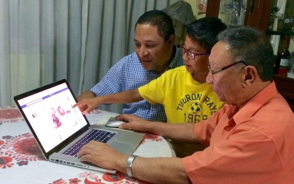 """Se acerca el Día del Padre, y le pedimos a nuestros lectores que se nos compartan anécdotas de cómo sus papás se adecuaron a esta era tecnológica, y qué al les fue. Encontramos divertidas historias que a continuación presentamos:  Don Juan Chang: """"de niño jugaba con mi teléfono de latas y pita"""" """"En el Centro del Adulto Mayor recibí capacitación para utilizar el Facebook y es fácil"""", nos cuenta Don Juan Chang Girón, mientras se prepara, como todos los días para comunicarse con sus amigos y familiares via Facebook. A sus 75 años, tomó por las riendas a la tecnología sin temores"""