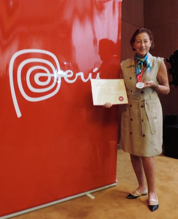 Nuestra Marisa Guiulfo, con 74 años de sabiduría y buena cocina, compartió con el público chino su receta secreta para ser feliz, durante una conferencia magistral que organizó la Embajada del Perú en la sede de la corporación china Minmetals, en Beijing.