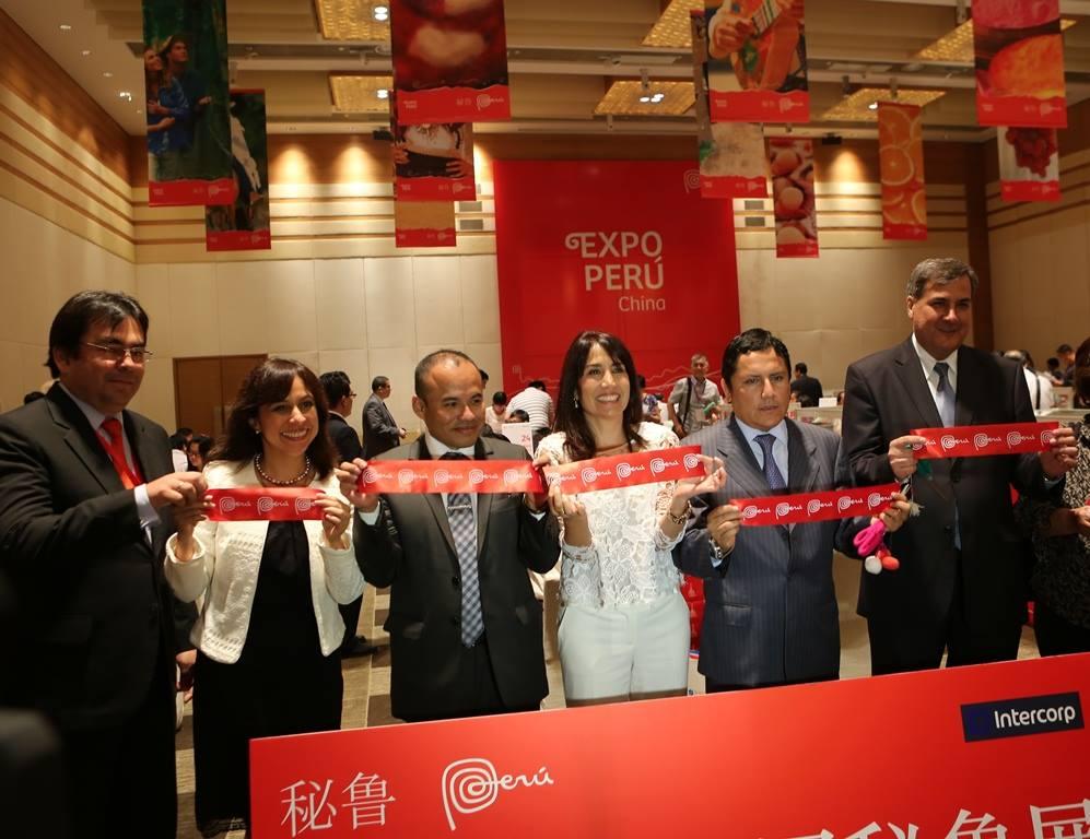 La EXPO PERÚ en Beijing y Shanghai, que superó los USD$140 millones en beneficios para empresarios peruanos, ha sido la mejor forma de celebrar al Perú en China. Sucedió casi paralelamente a la segunda gira que emprendió el mandatario chino Xi Jinping por América Latina, la cual incluyó un encuentro con el presidente Ollanta Humala en Brasil. Es decir, atacamos por dos frentes, lo cual no ha sido ninguna coincidencia. Quiero pensar que empieza una nueva etapa en la relación Perú-China, donde el Perú ya tiene claro cómo es este juego de poderes.