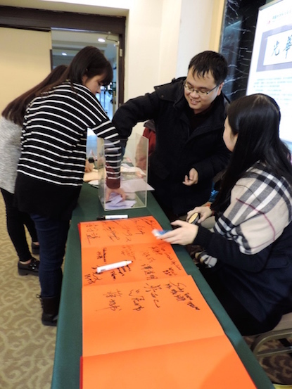 Jóvenes chinos que participaron en la organización del evento