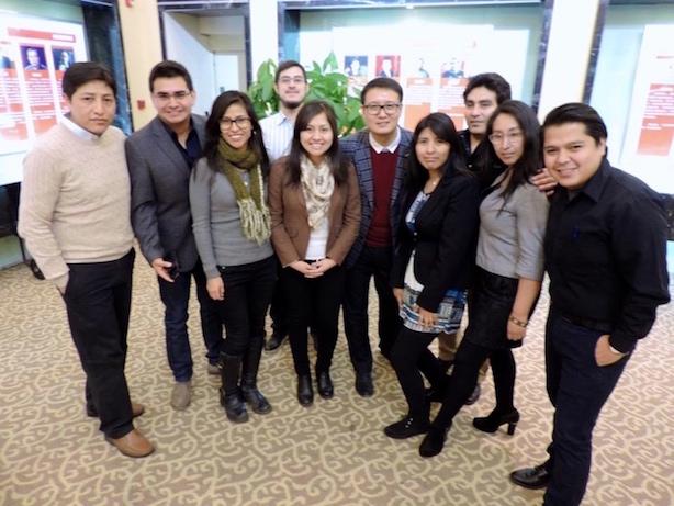 Jóvenes peruanos en Beijing con el Dr. Guo Cunhai, iniciador de CECLA