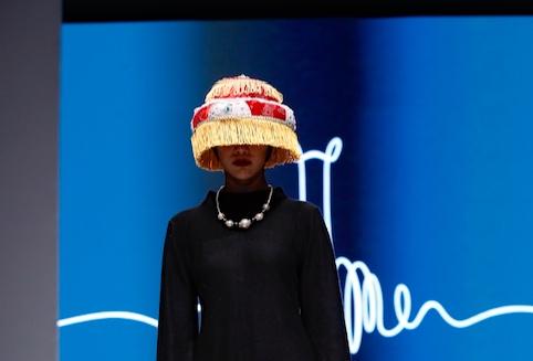 Desfiló este hermoso sombrero peruano la semana pasada en las pasarelas de Beijing y los asistentes chinos creyeron que era chino. Fue durante el desfile de Perú Moda Asia 2017 en la capital china, evento organizado por Promperú y la oficina comercial del Perú en Beijing para promover la exportación de prendas y accesorios de alpaca del Perú al mercado asiático.