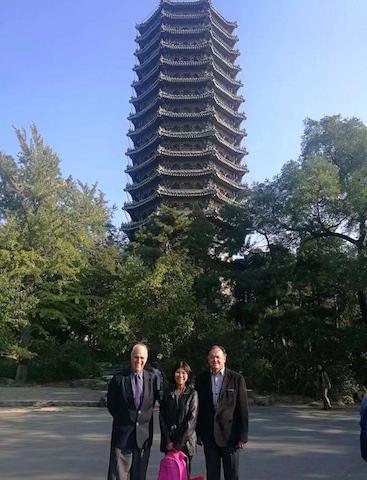 En la Universidad de Beijing con el rector Marcial Rubio y el Dr. Augusto Castro.