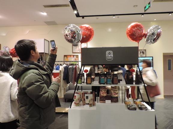 Los consumidores chinos que frecuentan la tienda.