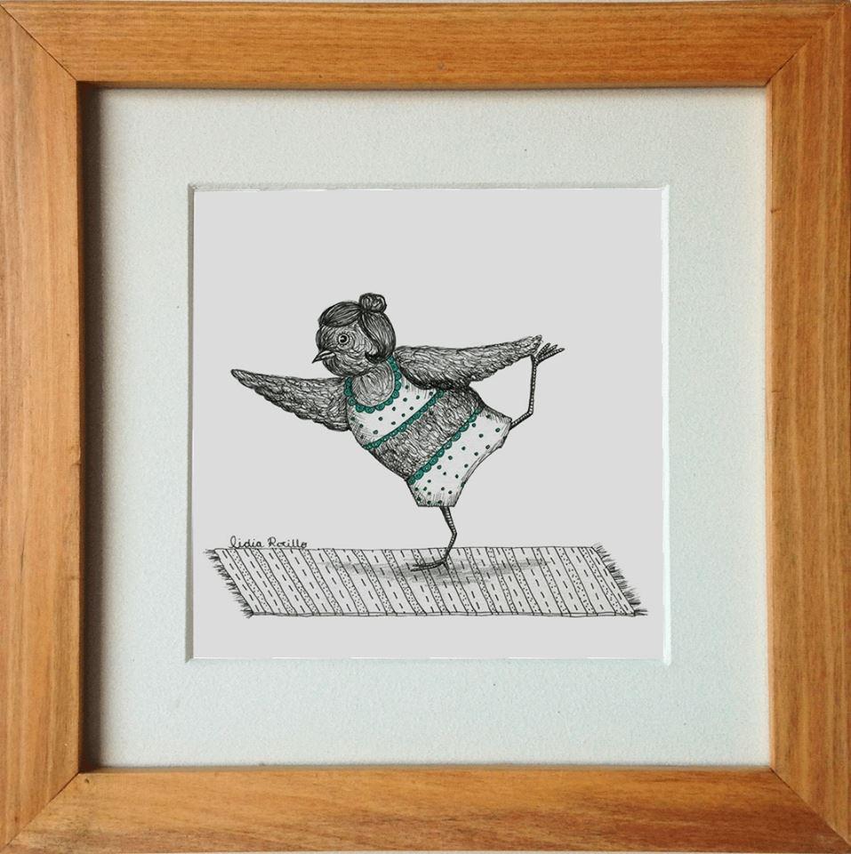 Lidia Rocillo recuerda un dibujo animado, un gorrión para ser más exactos. Este, cuando lo veía en televisión de niña, hacía de todo: caminaba, bailaba y cantaba. En cierta forma, con sus dibujos, Lidia quiere mantener esa magia viva, esa inocencia que te permite pensar que sí, que los gorriones pueden bailar y practicar yoga. Y no hay que negarlo. Es una linda forma de verlo: un ave haciendo yoga... ¿Qué más libertad que esa?