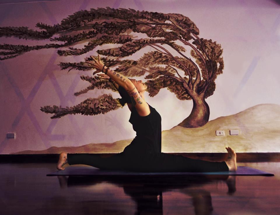 """Anusara se basa en la filosofía tántrica, que afirma que todos tenemos una bondad innata y que no tenemos nada que buscar fuera; todo está dentro de nosotros y la práctica es una expresión de dentro hacia afuera. """"Y se siente. Cuando practicas puedes sentir como quema por dentro"""", dice Susan."""