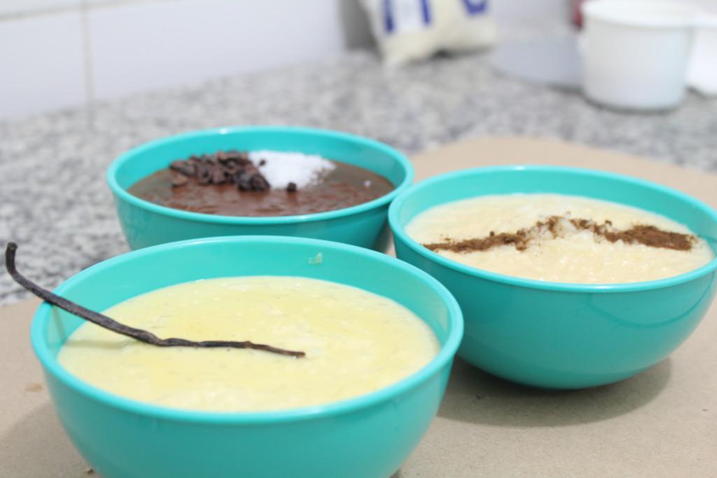 """Cuando escribes un post en tu Blog lo haces con un objetivo, quieres conseguir que el que lee haga algo, en mi caso inspirarlos a cocinar delicioso y artesanalmente. Con el Arroz con Leche no hay pierde y el chocolate siempre nos tiene al borde de la locura, por eso hoy compartimos 3 recetas que te harán brincar. Arroz con leche tradicional, Arroz con leche de chocolate y Arroz con leche """"avainillado"""".  Algunos ingredientes: Cascara de naranja, coco, nibs de cacao, chocolate en barra, vaina de vainilla.  Trae lápiz y papel o toma..."""