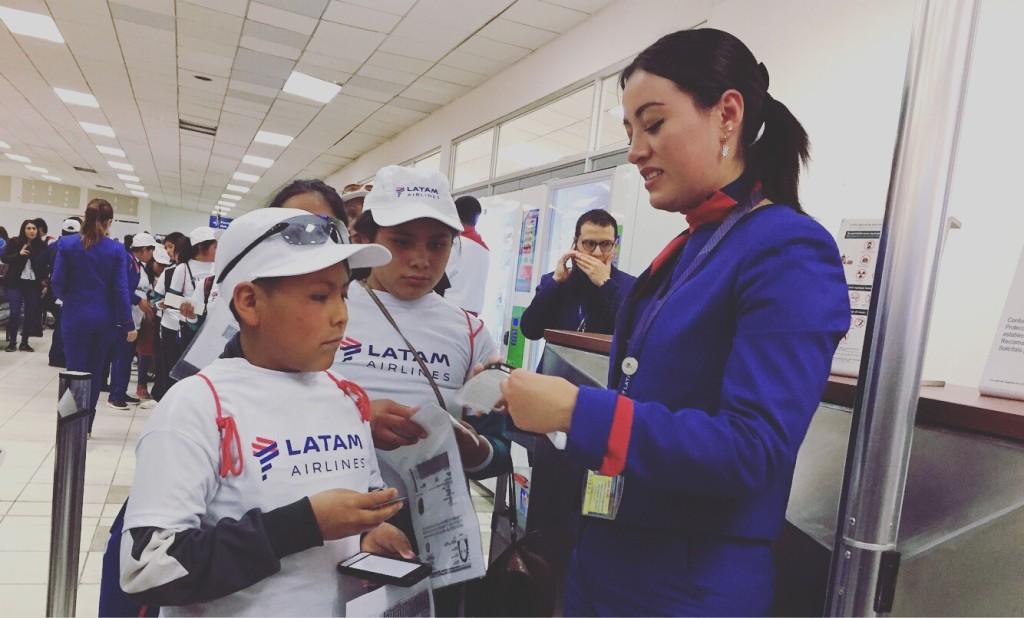 Acompaña al primer viaje en avión de 40 escolares cusqueños que fueron invitados por Latam a su vuelo inaugural con destino a Pisco.