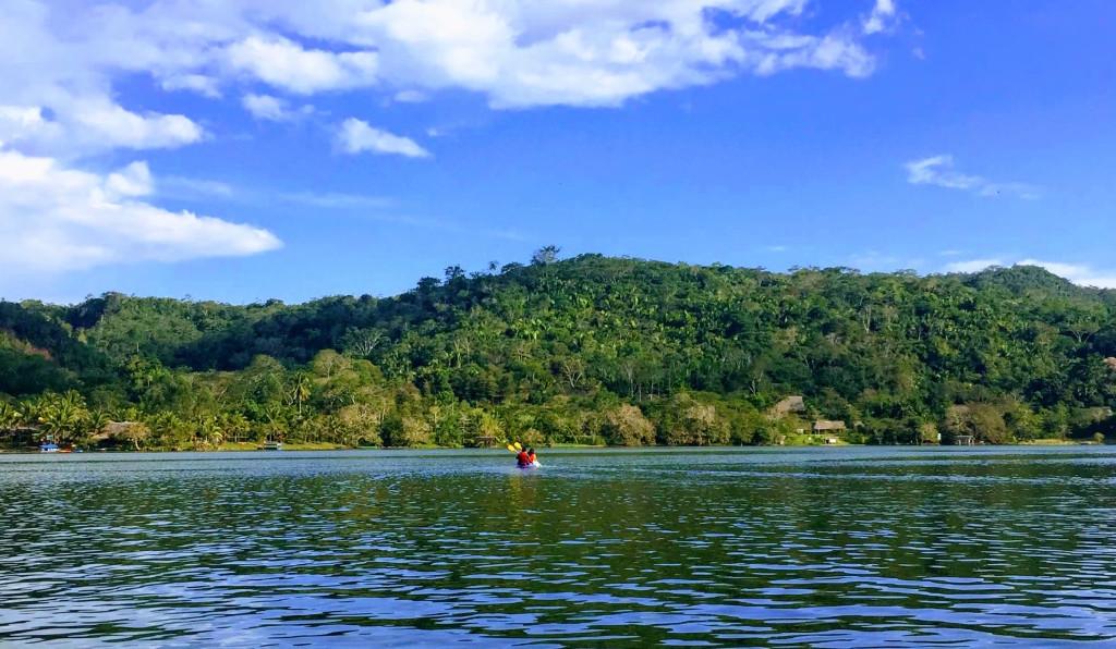 Descubre el encanto de la selva y la Laguna Azul, uno de sus atractivos más visitados.
