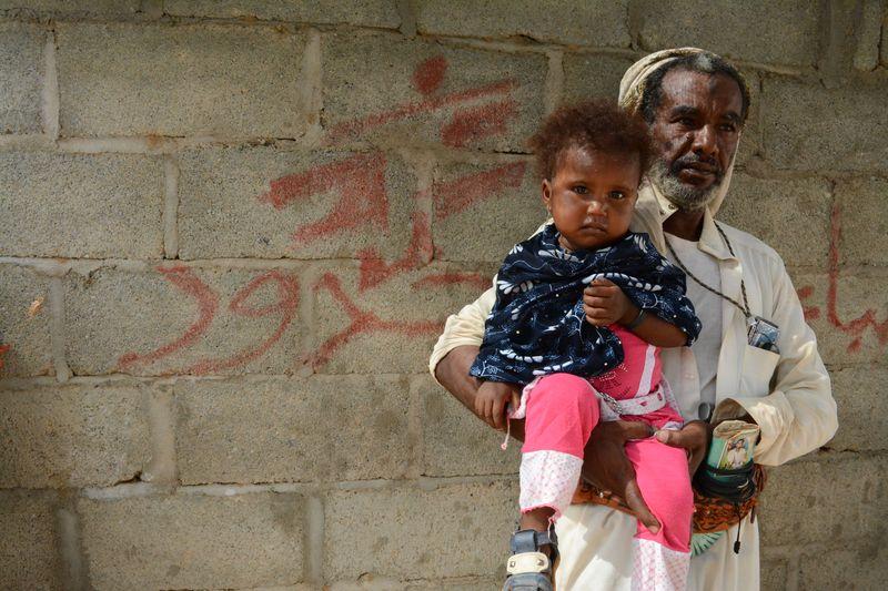 """Yemen: """"Hay familias que deben elegir entre llevar a un hijo al hospital o dar de comer al resto"""""""