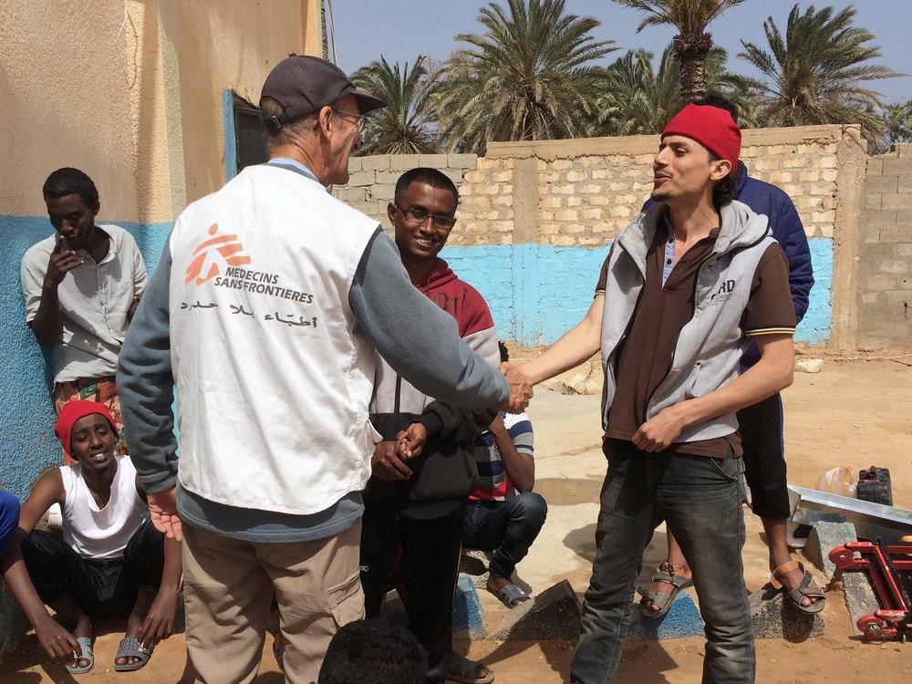 Christophe Biteau, jefe de misión de Médicos Sin Fronteras, trabaja en Libia desde septiembre de 2017. Basándose en las actividades de MSF para asistir a refugiados y migrantes comparte su análisis sobre la situación actual.  Logista de MSF conversa con migrantes que se encuentran en el centro de detención deKhoms, Libia ©Christophe Biteau/MSF Desde finales de 2017, funcionarios europeos, africanos y libios han hecho cada vez más declaraciones sobre poner fin a las difíciles experiencias que sufren los migrantes y refugiados en...