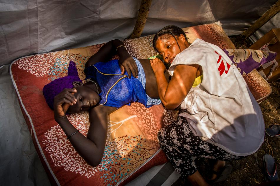 Ya sea actuando como enfermeros-anestesistas en una sala de operaciones, vacunando a miles de niños en un solo día, administrando una sala de hospital, viajando cientos de kilómetros para ayudar a instalar una clínica móvil en una comunidad aislada o realizando el triaje de personas rescatadas de un naufragio, los enfermeros que trabajan con Médicos Sin Fronteras (MSF) son generalmente el primer rostro que los pacientes ven cuando se encuentran al cuidado de MSF.  Una enfermera de MSF examina a una mujer embarazada en Kier, Sudán del...