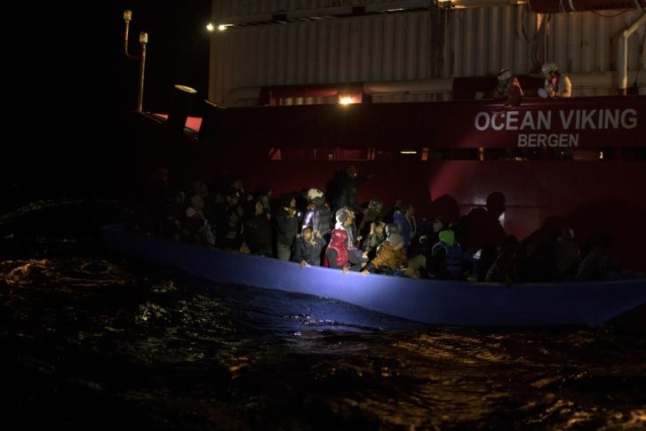En Libia, es huir al mar o morir