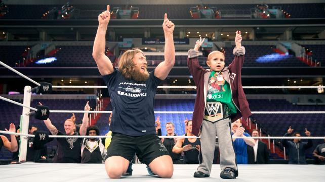 Nuestras pasiones y batallas son las cosas que nos harán inmortales. Daniel Bryan llegó como un patético luchador de las ligas independientes que soñaba con ser grande. Todos se le pusieron en contra. Lo despreciaron por su tamaño y por su forma de trabajar y pensar. En el evento más grande de la lucha libre, WrestleMania 30, se convirtió en el campeón más grande de los últimos años, pero no fue el verdadero ganador de aquella noche del 6 de abril: en primera fila se encontraba el gran guerrero de la velada, al que Bryan acudió a...