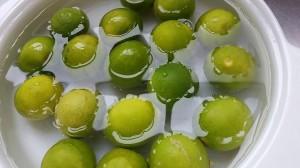 Lavar los limones en agua