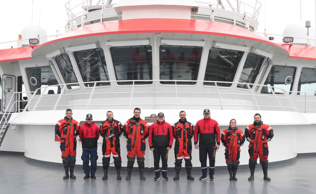 Una comisión de la base española Gabriel de Castilla visitó el BAP Carrasco. En el centro aparecen el comandante del buque peruano, el capitán de navío Rafael Benavente; y el segundo comandante, el capitán de fragata Renzo Whittembury.