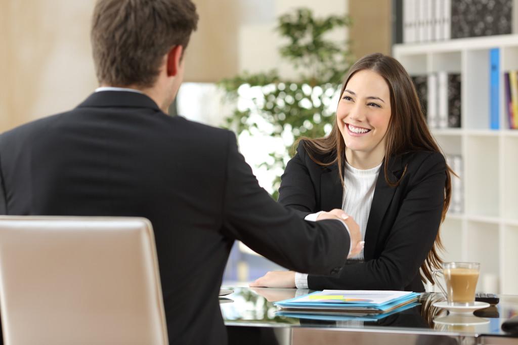 En muchas ocasiones las entrevistas de trabajo traen consigo diversas interrogantes que pueden generarnos problemas. De ellas, la pregunta ¿Por qué quieres trabajar con nosotros? es una de las más difíciles de responder.