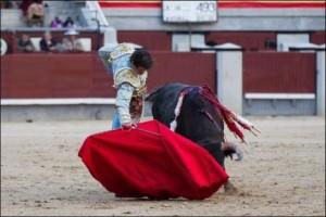 FOTO: PÁG WEB PLAZA DE TOROS DE LAS VENTAS EN REDONDO. También al sexto, le logró extraer buenos derechazos.