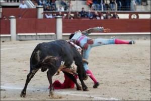 FOTO: PÁG WEB PLAZA DE TOROS DE LAS VENTAS MÁS VOLTERETAS. El sexto le propinó dos volteretas brutales. En la segunda, sufrió tres cornadas.