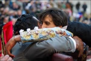 FOTO: PÁG WEB PLAZA DE TOROS DE LAS VENTAS EMOCIÓN DESBORADADA. Ya obtenida la segunda oreja, se funde en un emcoionado abrazo con su apoderado y maestro, José Antonio Campuzano.