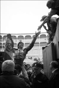 FOTO: PÁG WEB PLAZA DE TOROS DE LAS VENTAS EN OLOR DE MULTITUD. Los aficionados desean tocarlo y felicitarlo, antes de atravesar el túnel de la Puerta Grande.