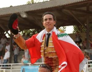 FOTO BRUNO LASNIER TRIUNFADOR. Joaquín Galdós, tras cortar 2 orejas, salió en hombros de la plaza francesa de Garlin, envuelto en la bandera peruana.