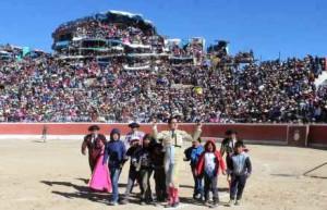 FOTO: JUAN MEDRANO CHÁVARRY Multitudinaria concurrencia a los toros en Coracora, Ayacucho; no hay espectáculo en el Perú que convoque al público de esa forma.